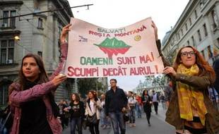 Plus de 20.000 Roumains manifestaient dimanche soir en Roumanie pour le 22e jour consécutif contre un projet de loi du gouvernement ouvrant la voie à l'exploitation en Transylvanie d'une mine d'or canadienne qui prévoit l'utilisation d'une grande quantité de cyanure.