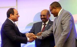 Le président égyptien Abdel Fatah al-Sissi (G), son homologue soudanais Omar el-Béchir (C) et le Premier ministre éthiopien Hailemariam Desalegn, le 23 mars 2015 à Khartoum