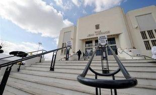 """D'anciens cadres dirigeants de l'usine AZF ont souligné mardi devant le tribunal correctionnel de Toulouse que cet important site chimique bénéficiait de nombreux systèmes de sécurité, mais pas le hangar 221, qui a explosé et n'était pas un """"bâtiment à risques""""."""