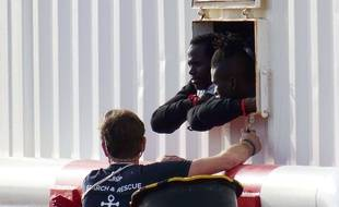 180 migrants sont coincés à bord du navire humanitaire l'Ocean Viking, coincé entre Malte et l'Italie.
