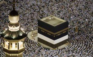 Prière autour de la Kaaba dans la Grande mosquée de La Mecque (Arabie saoudite) avant le début du pèlerinage le 24 novembre 2009.