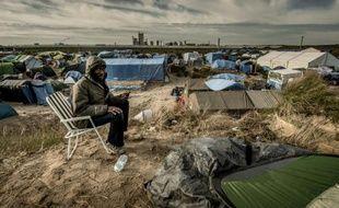 """Un homme appelle sa famille restée au Soudan le 5 novembre 2015 dans """"la Jungle"""" à Calais"""