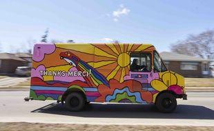 Les Postes Canada ont repeint leurs camions avec une création du designer Andrew Lewis pour lutter contre la morosité liée à la pandémie de coronavirus.
