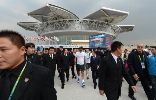 """Le blogueur anonyme qui avait posté une menace de mort contre Roger Federer sur un site chinois affirmant qu'il allait """"assassiner"""" le numéro un mondial lors du Masters 1000 de Shanghai s'est excusé mardi sur le même site tout en restant dans l'ombre."""