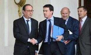 François Hollande et Manuel Valls le 7 octobre 2015 à la sortie du conseil des ministres à l'Elysée à Paris