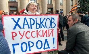 """Manifestante à Karkhiv avec une pancarte """"Kharkov est une ville russe"""", le 7 avril 2014"""