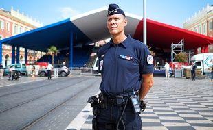 Le major Pascal Gilli devant la structure érigée pour la journée de commémoration du 14 juillet