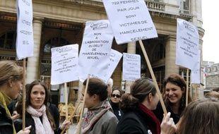 Pour combler le vide juridique créé il y a deux mois par la décision du Conseil constitutionnel d'abroger la loi sur le harcèlement sexuel, le gouvernement va présenter mercredi un nouveau texte, qui sera scruté par les associations féministes.