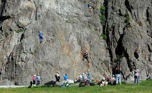 """Des personnes s'essaient à la pratique de l'escalade sur le """"Rocher des Gaillands"""", le 3 juin 2015 à Chamonix, marquant le 150è anniversaire de la conquête de nombreux sommets des Alpes"""