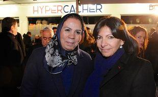Latifa Ibn Ziaten au côté de la maire de Paris Anne Hidalgo pour une cérémonie devant l'Hyper Cacher attaqué un an plus tôt, le 9 janvier 2016 à Paris.