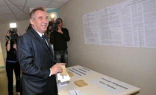 François Bayrou dans son bureau de vote de Pau, le 17 juin 2012, pour le second tour des législatives.