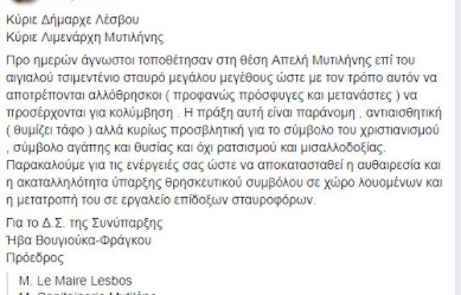 Capture du post et de la traduction Facebook à charge contre la croix installée à Lesbos.