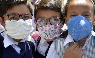 Les masques de protection faits maison peuvent rassurer les particuliers, mais les personnel médical réclame des masques certifiés pour prendre en charge les patients.