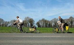 Les journalistes Raphaël Krafft et Alexis Monchovet dans La Campagne à vélo.