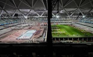 A gauche le court de tennis, à droite le terrain de foot: Bienvenue au stade Pierre Mauroy.
