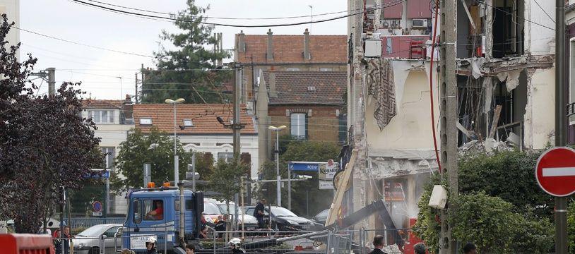 Les habitants d'un immeuble qui s'était effondré en septembre 2014 à Rosny-sous-Bois récupèrent leurs affaires, assistés par des pompiers. (Illustration)