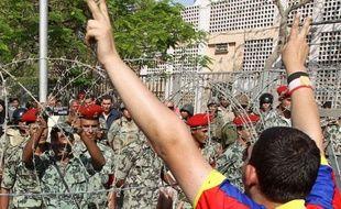 Cinq personnes ont été tuées et 50 blessées après une attaque mercredi contre un rassemblement hostile au pouvoir militaire près du ministère de la Défense au Caire, a-t-on appris de sources médicales et des services de sécurité.