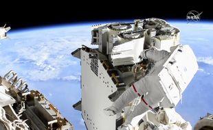 Sur cette image de la Nasa on peut voir Thomas Pesquet lors de sa sortie dans l'espace le 16 juin 2021.