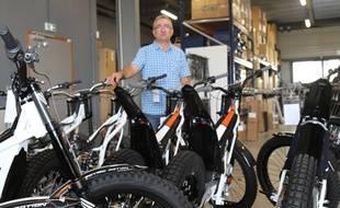 Philippe Aresten, le fondateur de la société Electric Motion, au milieu de ses motos.