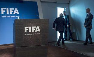 Sepp Blatter à la fin de sa conférence de presse pour annoncer sa démission du poste de président de la FIFA.