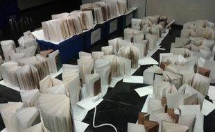 Des dizaines de milliers de livres sèchent grâce à des buvards et des ventilateurs dans des salles au sous-sol de la BNF.