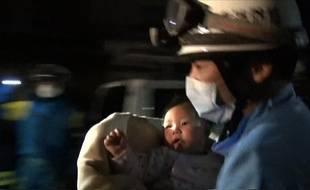Le bébé de huit mois a été retrouvé indemne dans les décombres.