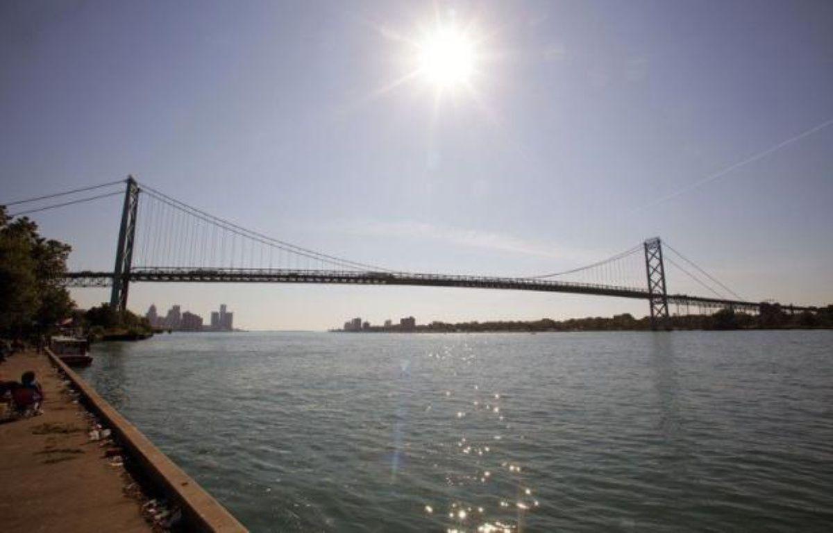 Le gouvernement canadien a annoncé vendredi la construction d'un nouveau pont, un deuxième, entre les villes de Windsor au Canada et Detroit aux Etats-Unis, un projet de près de 4 milliards de dollars pour le carrefour commercial frontalier le plus important d'Amérique du Nord. – Bill Pugliano afp.com