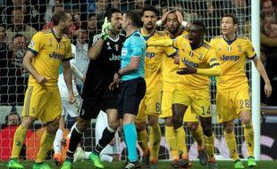 Michael Oliver, pris à partie par les joueurs de la Juventus.