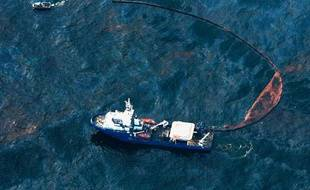 Avec 800.000 litres de pétrole s'échappant chaque jour de la plateforme pétrolière, la catastrophe est en passe de dépasser en ampleur celle de l'Exxon Valdez, la pire de l'Histoire américaine, en 1989.  >> Retrouvez les pires marées noires de l'histoire en photos ici...