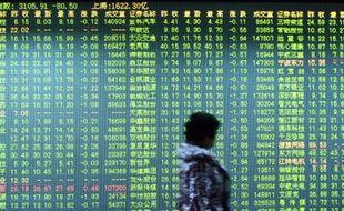 Un investisseur devant un écran montrant les mouvements boursiers à Hangzhou, dans l'est de la Chine le 11 janvier 2016