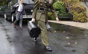 Un officier de l'armée américaine porte le «nuclear football», la mallette contenant les codes de l'arme nucléaire.