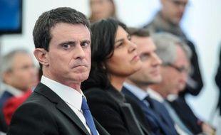Manuel Valls, Myriam El Khomri et Emmanuel Macron lors d'une visite à l'usine Solvay le 22 février 2016 à Chalampé