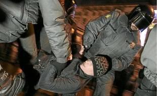 Interpellation d'un opposant au régime avant-hier à Saint-Pétersbourg.