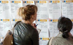 Des femmes consultent un panneau d'offres d'emploi dans une agence Pôle emploi (Illustration)