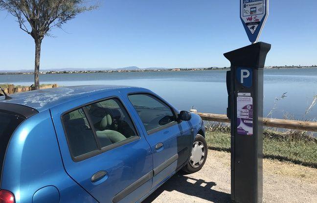 L'un des parkings situés au bord de l'étang, le long de l'avenue des Évêchés de Maguelone, à Palavas-les-Flots.