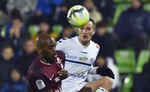 Le Strasbourgeois Dimitri Liénard face au Messin Jonathan Rivierez fin décembre 2017 au stade Saint-Symphorien.