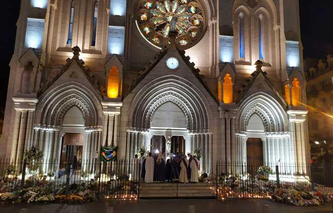 Les murs de la basilique, où un drapeau brésilien, a été accroché, étaient à nouveau éclairés dimanche soir