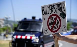 Un manifestant lors du Bilderberg de Sitges en Espagne, en 2010.