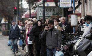 Des Grecs attendent le bus, à Athènes, le 7 février 2012, après un mouvement de grève de 24 heures.