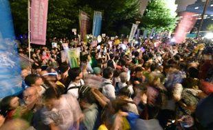 Des manifestants protestent le 18 septembre 2015 à Tokyo contre les lois de défense voulues par le Premier ministre Shinzo Abe