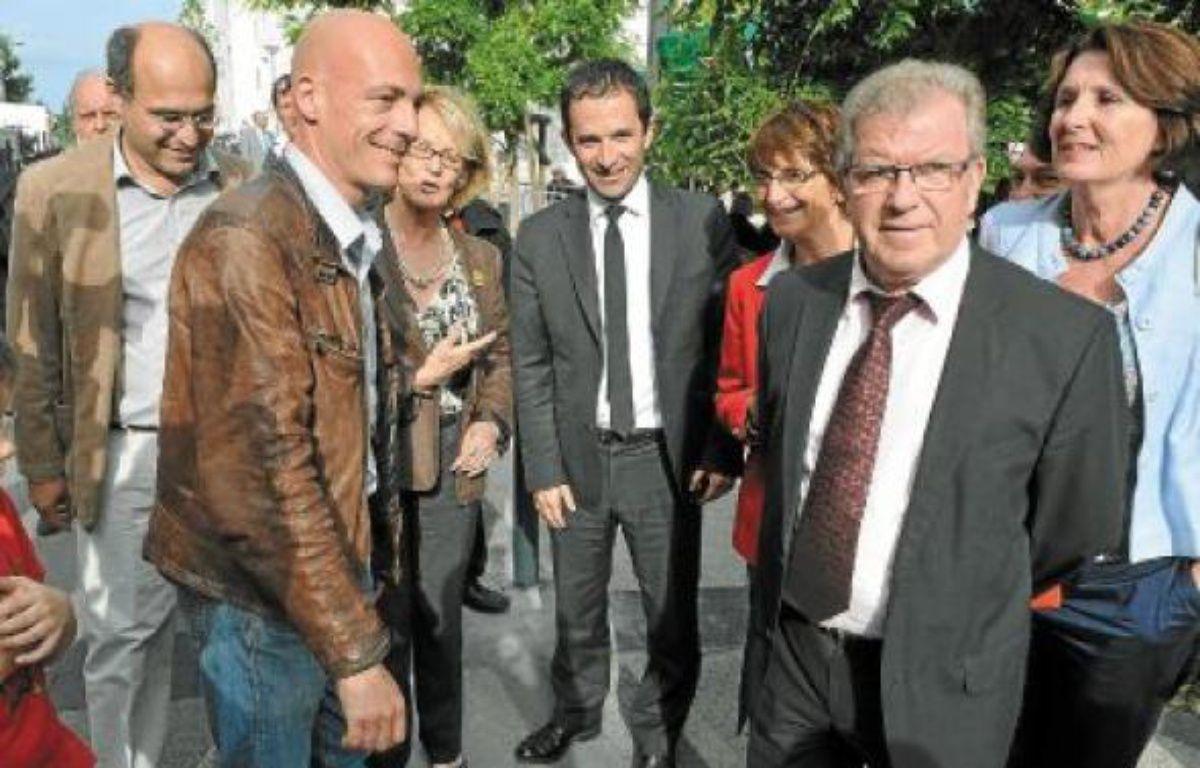 Il y avait beaucoup de monde, jeudi à Boutonnet, pour poser aux côtés de Benoît Hamon (au centre). –  R. ANFOUSSI / 2OMINUTES
