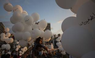 Le 4 octobre 2020, deux mois après une explosion qui a ravagé Beyrouth, des personnes ont organisé un lâcher de ballons blancs avec les noms des victimes