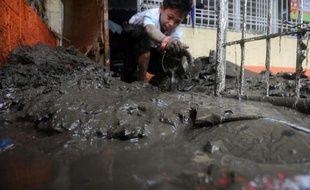 Les travaux de nettoyage ont démarré jeudi à Manille, après quatre jours de violentes précipitations qui ont inondé la moitié de la capitale des Philippines, causé la mort de 16 personnes et obligé 400.000 habitants à fuir leur logement.