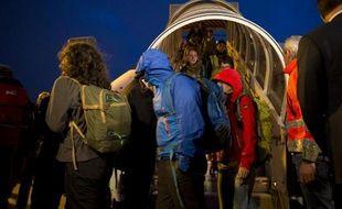 Des rescapés du séisme au Népal à leur arrivée le 30 avril 2015 à l'aéroport Charles de Gaulle à Roissy-en-France