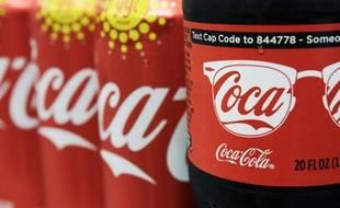 Bouteilles et canettes de Coca-Cola.
