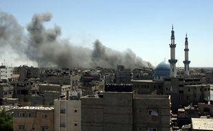 De la fumée se dégage dans le ciel de Rafah, à Gaza, après un bombardement israélien, le 14 juillet 2014.