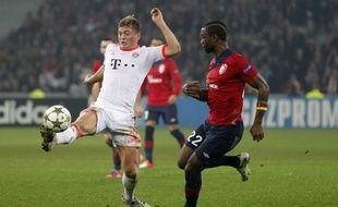 Lille, le 23 octobre 2012. Match aller du Losc face au Bayern (0-1). Ici, le Lillois Chedjou a la lutte avec le munichois Kroos.