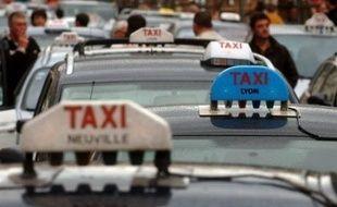Des milliers de chauffeurs de taxi se sont mobilisés mercredi à Paris et dans les principales villes de France pour protester contre la fin de la détaxe sur le carburant et exprimer leur inquiétude face à la perspective de la déréglementation de la profession.