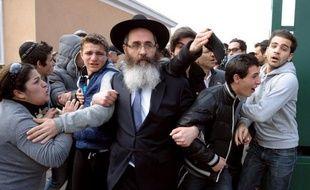 """""""M. Netanyahu veut lancer un message de solidarité avec les victimes du terrorisme, à la fois les victimes juives et non juives du terrorisme, et il veut souligner l'importance d'une action internationale unifiée contre le terrorisme"""", a précisé son entourage. Les quatre victimes de la tuerie de Toulouse avaient été enterrées en Israël dans un climat de vive émotion."""