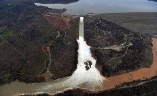 Le déversoir du barrage d'Oroville, en Californie, lundi 13 février.